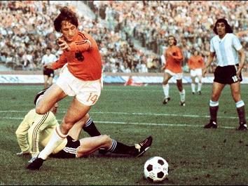 20110818214025-cruyff-pesadilla-defensa-argentina-futbol-cuerdo-atacando.jpg
