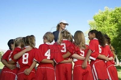 20111001205302-3812540-grupo-de-ni-os-jugadores-de-f-tbol-que-abarca-de-pie-delante-de-entrenador-habida-cuenta-atr-s.jpg